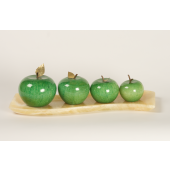 Grüne Äpfel auf beigem Teller